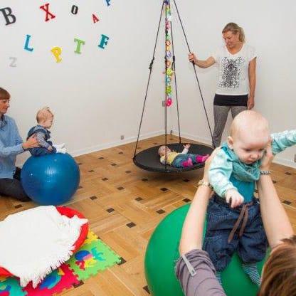 Spædbarnsmotorik - Baby på gynge og babyer på store bolde